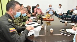 Consejo de Seguridad en la sala de juntas de la Alcaldía de Arauca por aumento de COVID-19.
